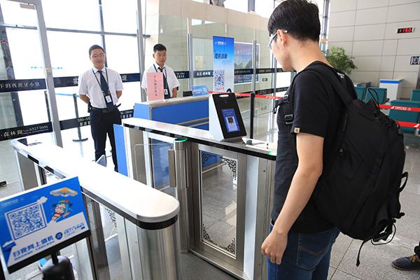 以往常在科幻片中见到的刷脸登机场景,现已在河南南阳姜营机场的南航登机口实现。