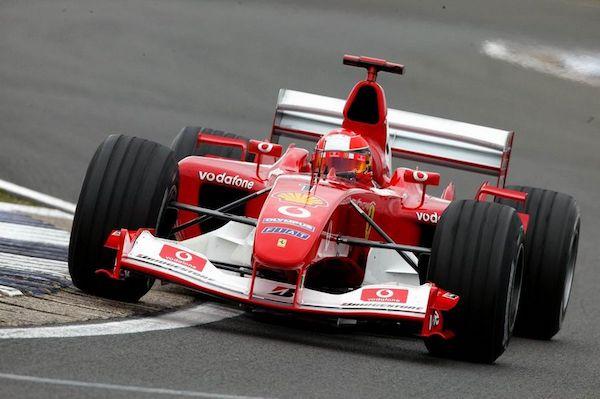 开上一台红色法拉利驰骋赛场,令人兴奋。