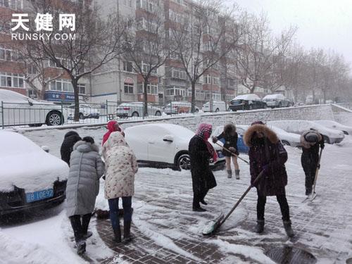 锦虹社区居民扫雪忙-下雪就是命令 市民扫雪进行中图片