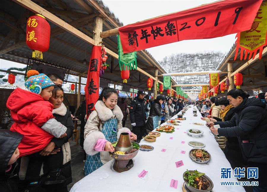 12月31日,一道道刚刚烹饪完善的美食摆上了长桌。 新华社记者徐昱摄