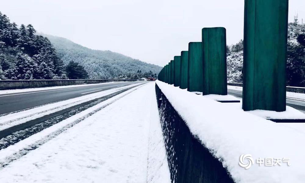 12月31日,南平入冬以来的第一场雪依约而至,这也是2018年的末了一场雪。雪景美如画,用瑞雪迎新年是大自然赐予闽北人的一栽浪漫。(图/李玄、江秀萍)