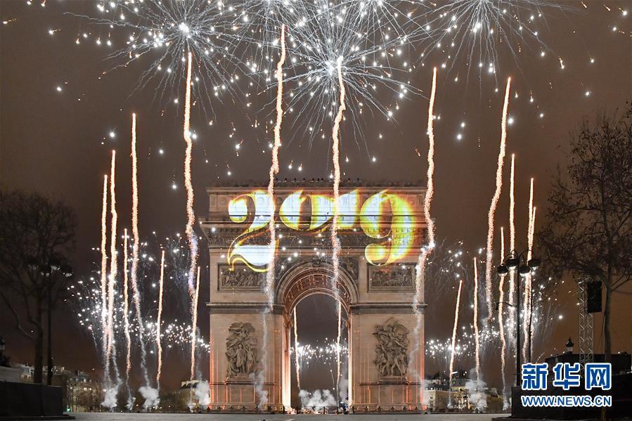 这是1月1日在法国巴黎凯旋门拍摄的灯光秀和烟火。 法国巴黎以在凯旋门打上投影灯光和放烟火的手段款待新年的到来。 新华社记者陈好宸摄