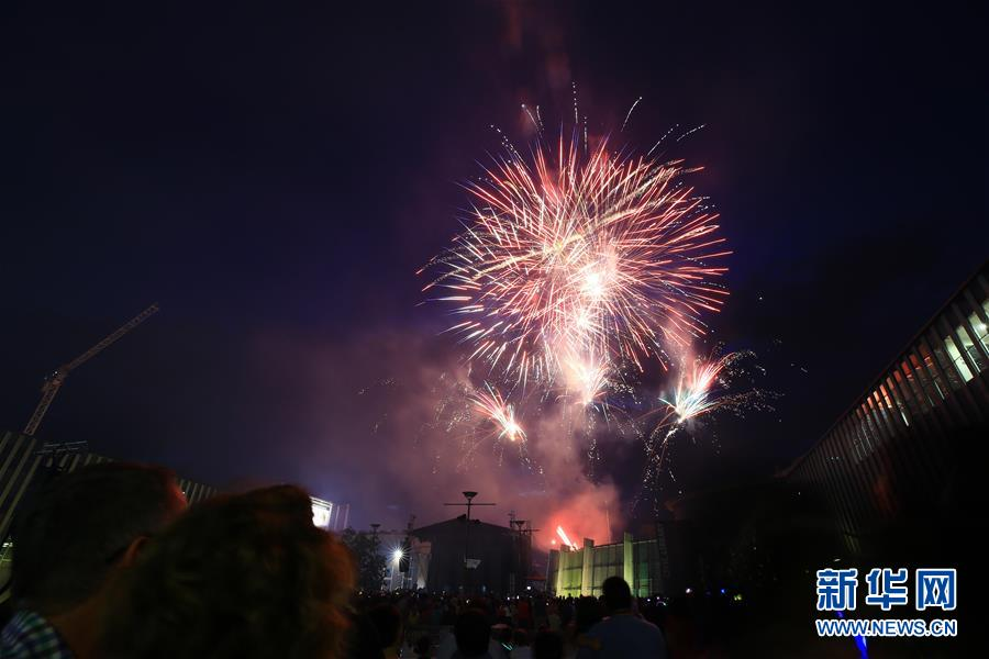 这是2018年12月31日在澳大利亚堪培拉举走的跨年祝贺运动上拍摄的烟火外演。 新华社发(潘翔越摄)