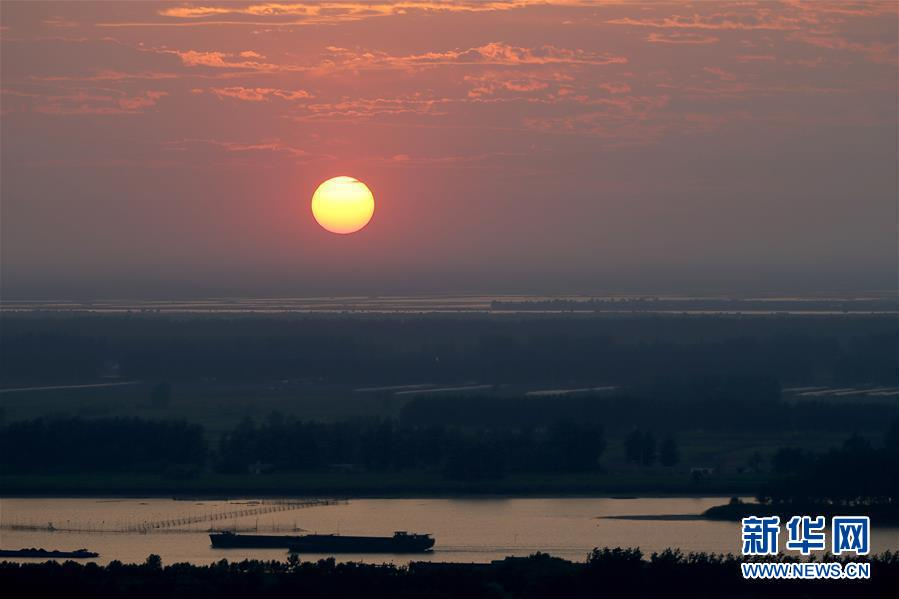 2019年1月1日,新年阳光照射在江苏省盱眙县淮河水面上。 当日是新年第镇日,向阳升首,万象更新。 新华社发(周海军)