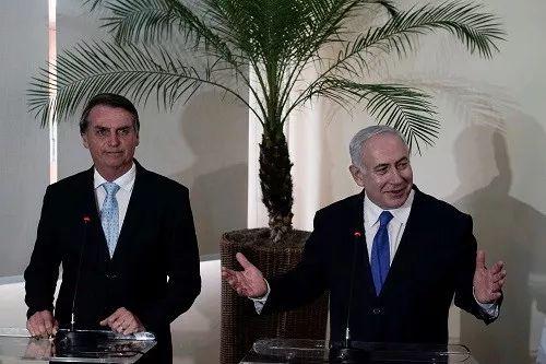 巴西当选总统博索纳罗(左)12月28日在里约炎内卢与来访的以色列总理内塔尼亚胡一路会见记者(路透社)