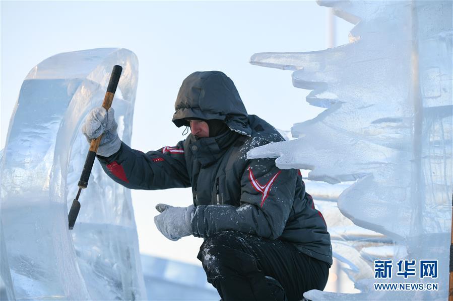 1月2日,选手在哈尔滨冰雪大世界内制作冰雕。新华社记者王松摄