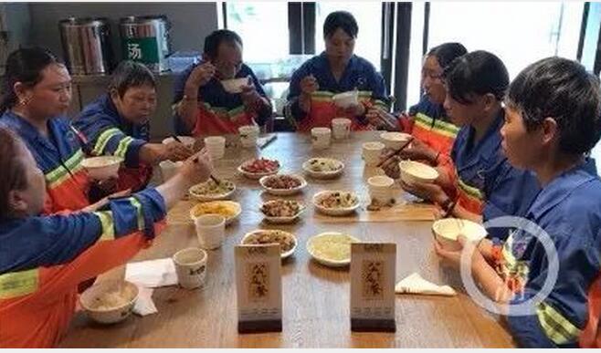 从2018年7月份开起,重庆渝北汽博中心栖霞路附近一家叫做乡姨娘的饭馆针对环卫工推出了免费午餐。菜两荤两素,还配骨头汤,米饭随意吃。但清新的是,备受环卫工好评的免费午餐,在10月份的时候,突然异国环卫工来吃了。后来餐馆开起收费,推出了7元自立餐,环卫工们又回来了。(1月1日中新网)