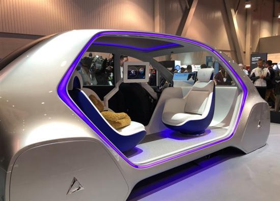 车身右侧看来,i-mobility TYPE-C概念车采用了开放式车门和封闭式车轮,彰显未来感,而车内对向座椅采用充气式设计,并带有按摩功能。此外在这两个座椅中间,该车还提供了一块屏幕,未来将用于乘员进行关于车辆和出行行程的全部设置和操作。
