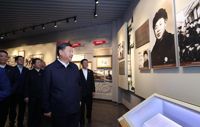 2018年9月28日上午,习近平在辽宁抚顺市参观雷锋纪念馆。新华社记者 鞠鹏 摄