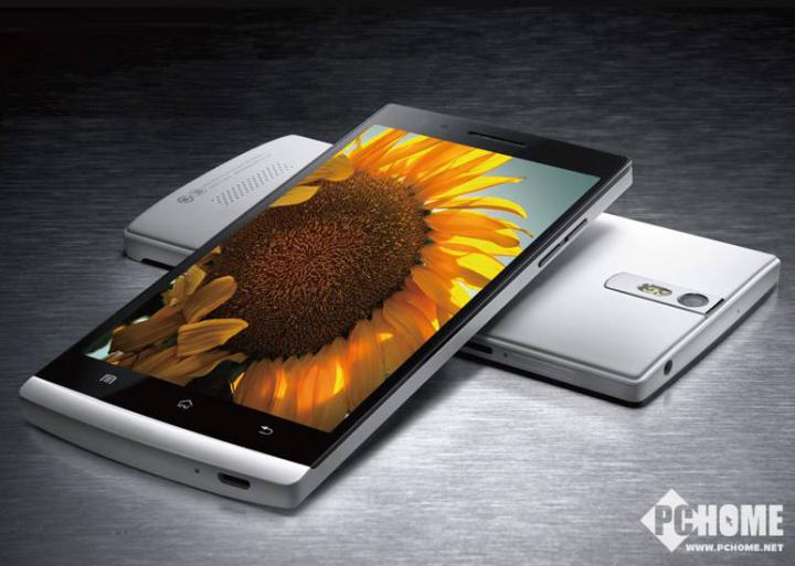 而在2012年中,OPPO所打造的另一款重磅手机无疑就是OPPO Find 5了,这款手机是国内首款配备1080P屏幕的智能手机,引领国产手机进入1080P全高清时代,并加入了息屏美学设计,带来浑然一体的视觉美感。