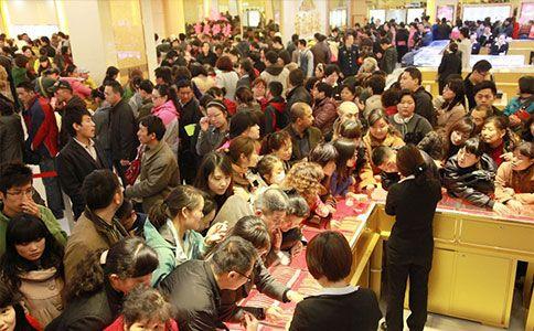 """但是金價也不是只漲不跌的:中國大媽搶購黃金最為爆發的時段,以金價""""高高在上""""的2011~2012年居多。 時過境遷,現在的黃金價格,早已沒有昔日那麼亮眼。 """"中國大媽""""也快要成為歷史名詞。"""