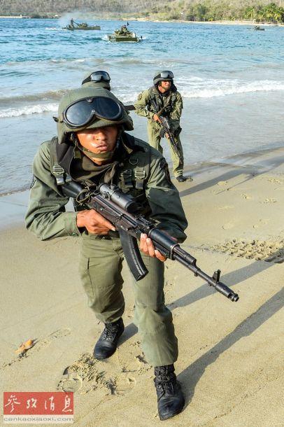 当地时间2015年3月14日,委内瑞拉加拉加斯,委内瑞拉举行一次特殊的防御性全国军事演习。委内瑞拉总统马杜罗10日晚在电视讲话中表示,将于14日举行全国军事演习防范美国军事入侵。