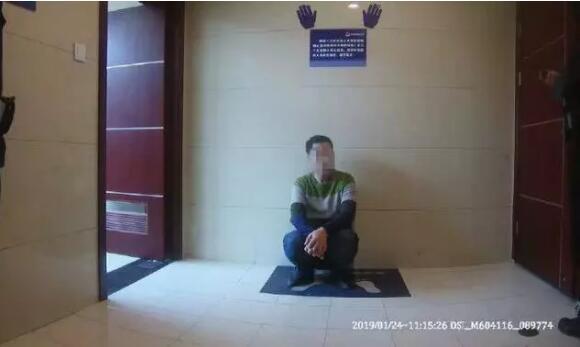 """""""抓幼偷!""""1月24日10点35分旁边,南京至衢州的G7389次列车即将驶入杭州东站,此时7号车厢突然传来抓幼偷的喊叫声。列车长贡旭武断拦住疑心犯的去路,在旅客的配相符下,将他限制在列车车厢背向站台的一侧车门。终极杭州东站派出所接警后,将疑心人带回派出所。(1月28日新华社)"""