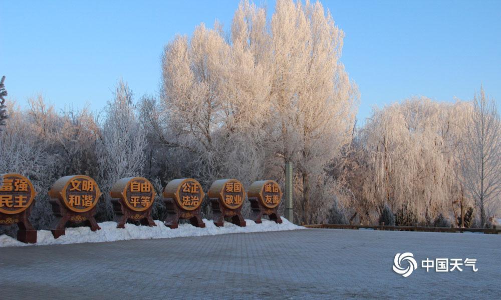 1月31日清早,甘肃高台县城最低气温降至-20.2℃,受此影响,高台县黑河湿地新区泛起雾凇景观。河面上云蒸霞蔚,河畔玉树琼花,置身其间,彷佛走进不染纤尘的童话天下。(图高博 文杨丽�)