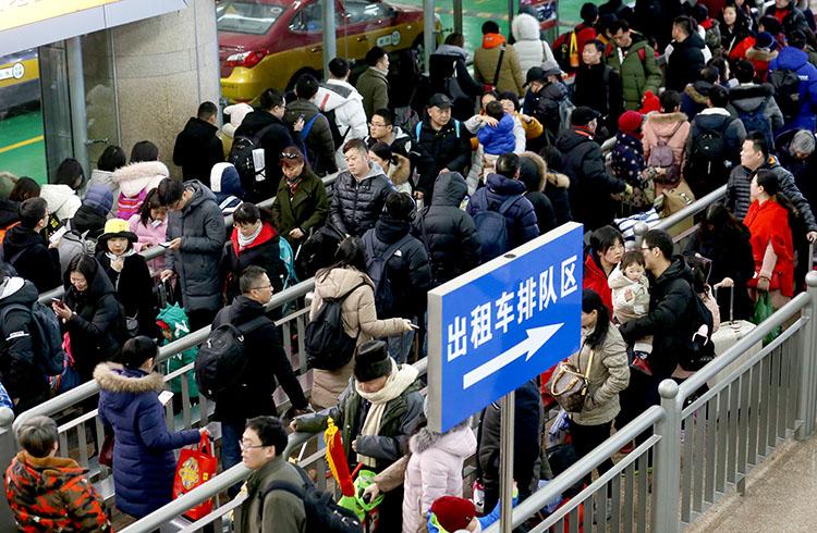 北京西站,方才到达的搭客排队期待出租车。