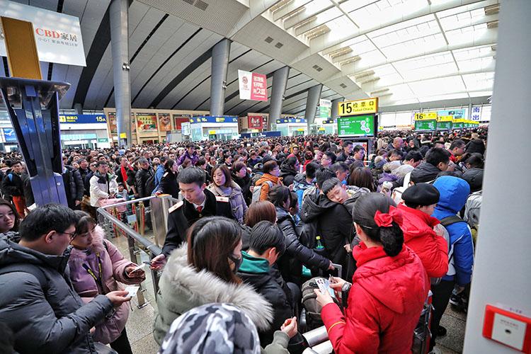 北京南站,出京返程搭客检票进站。