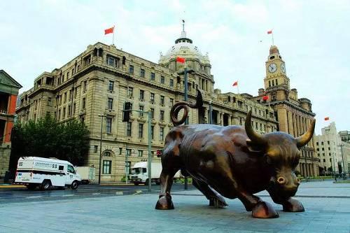 """而广东路上的""""硬核""""老股民们,每逢周末,都市聚集在这里交换履历和炒股心得,至今已有30多年。是他们组成了30年来中国股市的表情――牛市一到群情鼓舞,熊市一来便人头寥寥。"""