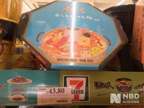 统一在某7-11便利店内待售的自热式方便火锅 图片来源:每经记者 方京玉 摄