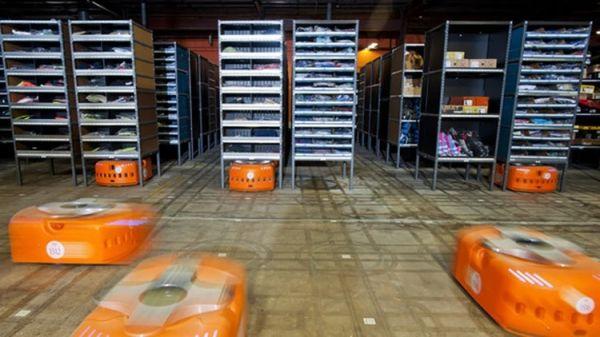 亚马逊公司的机器人负责对货架上的商品进行编目和定位。(阿根廷布宜诺斯艾利斯经济新闻网)