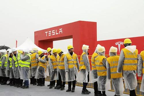 工人衣帽上标着中国建筑――世界500强第23位的央企不过中建三局只是分包商,总承包商是上海建工