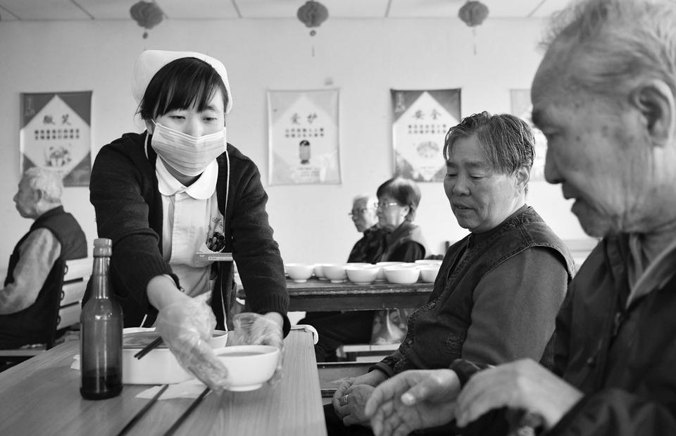 全国两会后多项民生政策落实情况追踪:养老金再涨5%、施行学校陪餐制度