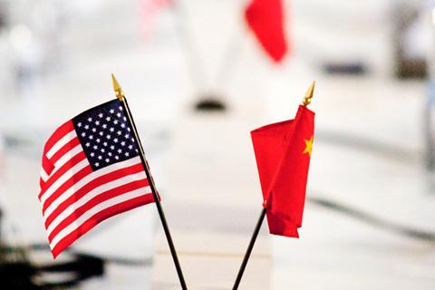 英国广播公司(BBC)中文网 4月4日报道称,美国前贸易代表巴尔舍夫斯基在中国有一个鲜明的形象:脖间系着精致斑斓的丝巾、身材瘦小但内心强大的谈判专家。