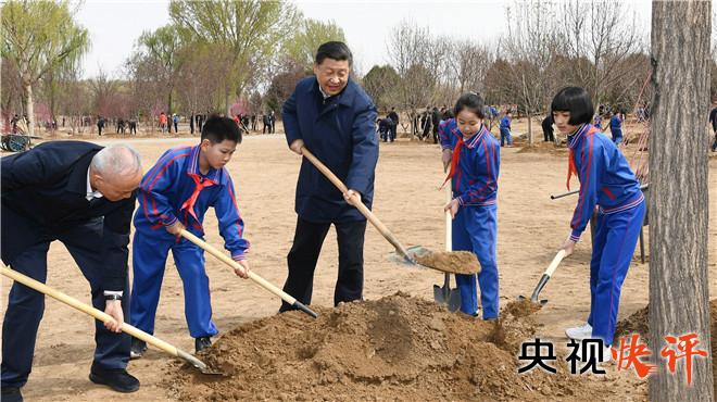 参加义务植树活动,已成为习近平总书记每年春天的惯例。一次次令人难忘的扶苗培土,一次次引领风尚的率先垂范,彰显了以习近平同志为核心的党中央推动绿色发展、践行生态文明的坚定决心,有力地引导了社会各界投身国土绿化建设,为建设美丽中国打下了坚实基础。
