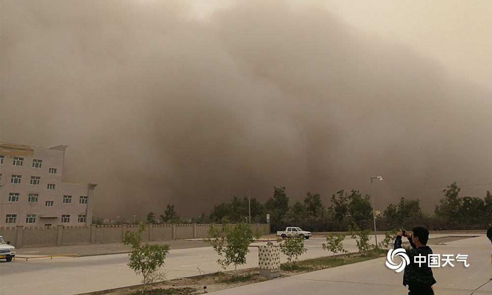灾难电影现实版!强沙尘暴沙墙吞噬新疆若羌县城
