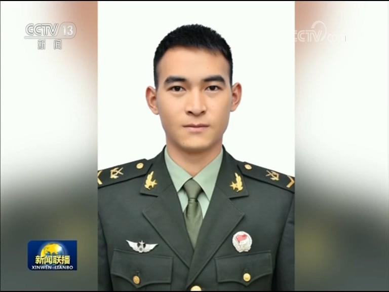 今年28岁的杜富国已入伍9年,原来是一名边防战士,2015年得知云南边境要执行第三次大排雷行动后,他主动写下请战书,强烈要求到扫雷一线去执行任务。