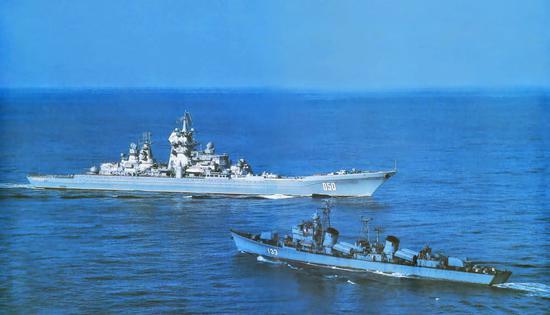 80年代在海上相持的051型重庆号和基洛夫级伏龙芝号,它们是当时中苏海军彼此最先进的舰艇