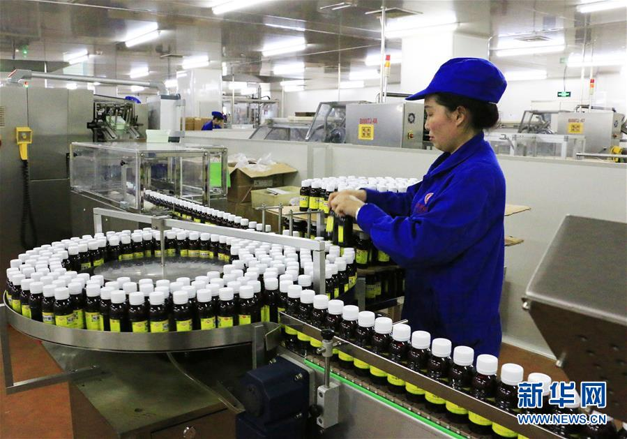 贵州百灵一名工人在糖浆生产车间工作(资料照片)。新华社发