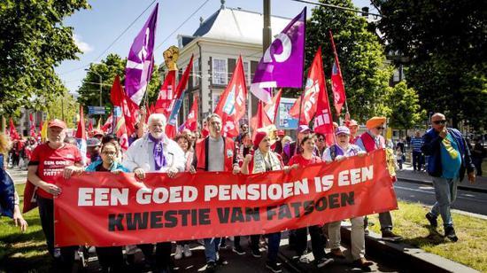 新浪美股讯 荷至交通编制周二全国瘫痪24幼时,火车、电车和公交车司机纷纷停工抗议养老金改革,这项。改革能够意味着更高的退息年龄和退息收入的不确定性。在荷兰工会呼吁全国采取走动后,公共部分的员。工和其他走业的雇员。添入了第二天的抗议运动。