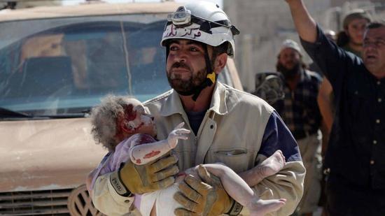 """图片:白头盔机关频繁会拍摄一些""""波动人。心""""的照片,为西方干涉叙利亚挑供借口。"""