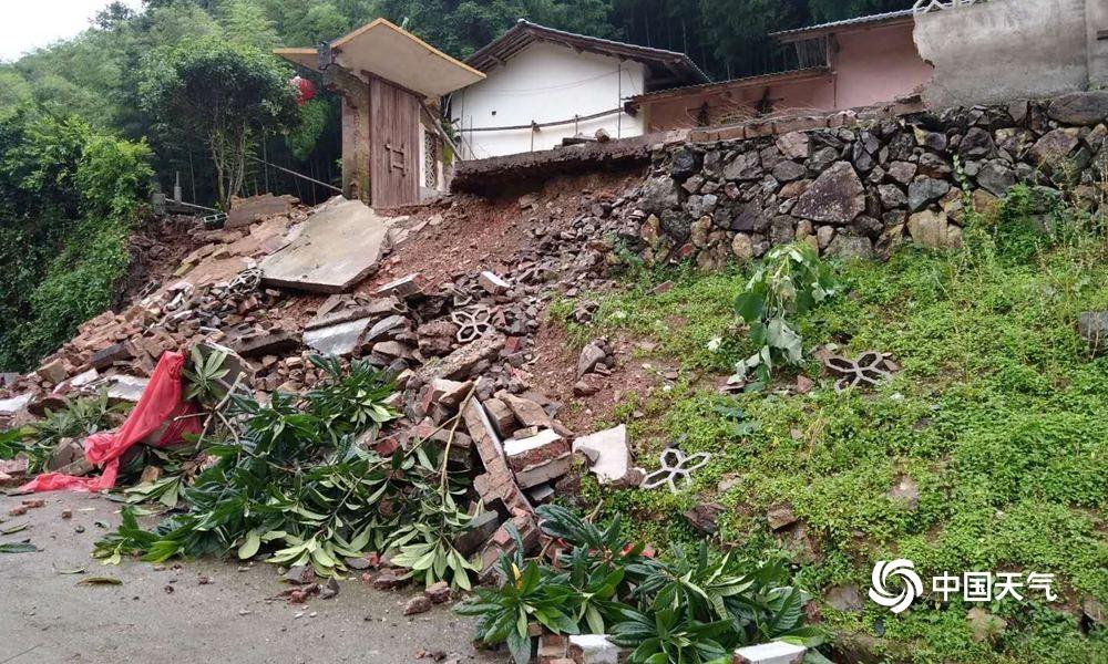 福建龙岩持续强降雨 山体滑坡民房围墙倒塌