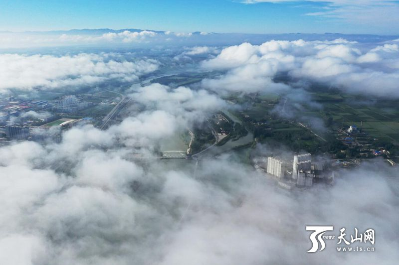 博湖现大雾锁城奇观 宛若人间仙境