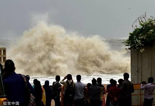 """当地时间6月12日,印度孟买,热带气旋""""瓦尤""""即将登陆,当地海岸掀起汹涌海浪。"""