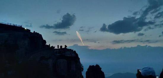 在。某大山上望到的巨浪-3试射