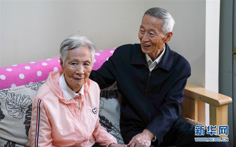 在居住的哈爾濱市松北區老年公寓房間里,崔道植(右)與患上阿爾茨海默癥的老伴兒金玉伊聊天(6月10日攝)。新華社記者王松攝