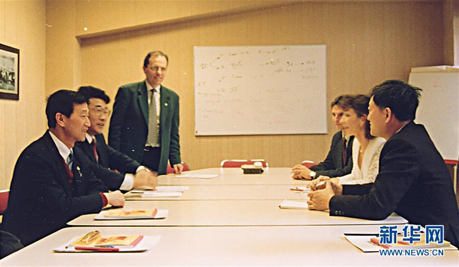 崔道植(左一)在法國與同行進行學術交流(資料照片)。新華社發