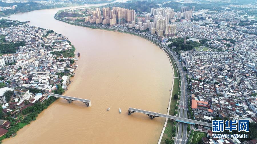 广东河源东江大桥垮塌时落水的两辆小车被捞起