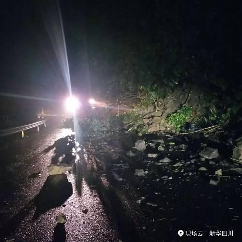 四川省应急管理厅向地震灾区紧急组织调拨5000顶帐篷、1万张折叠床、2万床(件)衣被等中央救灾物资。