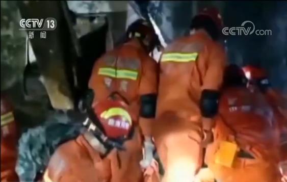 经过半个多小时的努力,成功将两名被困群众救援。而据现场村民介绍,葡萄村八组竹林口仍有人员被埋压,随后,消防员立即协调当地政府调来了大型挖掘机协助救援。