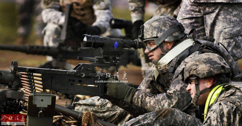 """结合""""天价""""瞄具后的M2HB重机枪,按说这对新兵老将搭档应是""""无往而不利"""",但前提是要保证负责""""结合""""的皮卡汀尼导轨安装到位,不然稍有差池,就会""""关键时刻掉链子"""",如果换成是美军在实战中遭遇这一情况,恐怕后果要比""""表情呆滞,心疼瞄具""""严重的多了。图为使用配备AN/PAS-13瞄具的M2HB重机枪打靶训练的美军士兵。"""