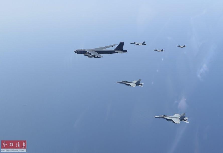 """伴飞机视角拍摄的B-52H轰炸机与""""大黄蜂""""舰载战机编队。"""
