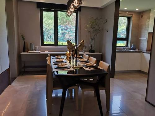 未来金茂府160�O样板间的厨房和餐厅实景图