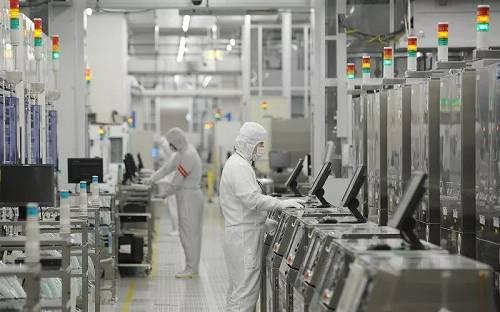报道称,三类材料的出口许可和审查被认为需要大约三个月的时间。韩国企业的生产将不可避免地立刻受到影响。
