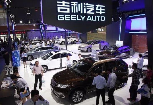 近几年,吉利稳坐自主品牌第一。2018年,中国汽车市场销量下滑2.8%。但吉利汽车表现出色,逆势增长。公开数据显示,2018年吉利汽车总收益同比增长15%至1066亿元,实现利润126.7亿元,同比增长18%。据了解,这是吉利汽车首次站上千亿元关口。收入的提升得益于销量的快速增长,2018年吉利汽车总销量达到150.1万辆,相比2017年的124.7万辆,同比增长20%。