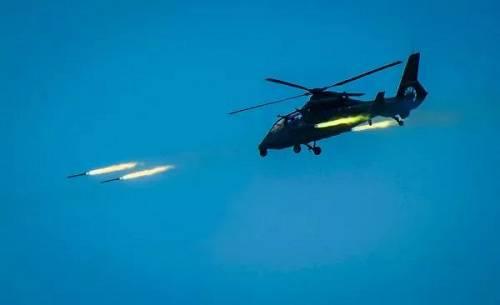 资料图片:2018年4月18日,根据年度例行性计划安排,我陆军航空兵部队在东南沿海举行跨昼夜海上实弹射击演练,这是新型武装直升机发射火箭弹。(新华社)