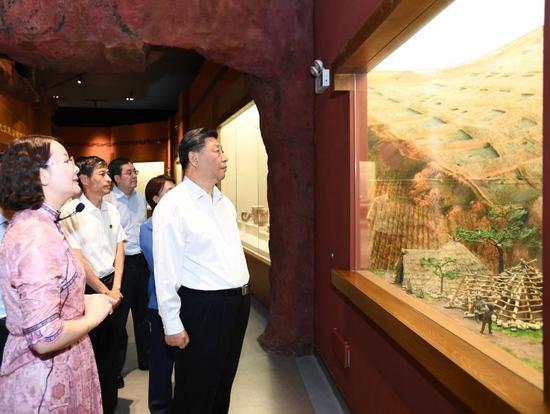 15日,习近平在赤峰博物馆了解当地历史文化沿革。
