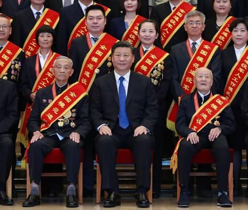 94岁的张富清、90岁的朱再保、85岁的崔道植、83岁的王於昌、83岁的王成帮,5位老军人坚守初心,为党和国家事业奉献了一辈子。作为全国退役军人的杰出代表,他们被特意安排在合影的第一排就座。在习近平总书记身旁的分别是张富清和朱再保。